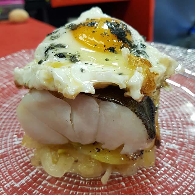 Bacalao abras: crema de Bacalao, patatas paja y huevos de corral a 65 grados